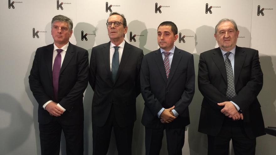 El nuevo presidente de Kutxabank, Gregorio Villalabeitia, segundo por la izquierda