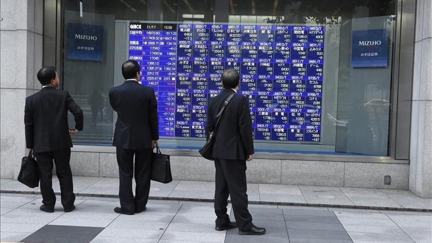 Grecia y la subida del crudo hacen avanzar a Tokio más de un 2% al descanso