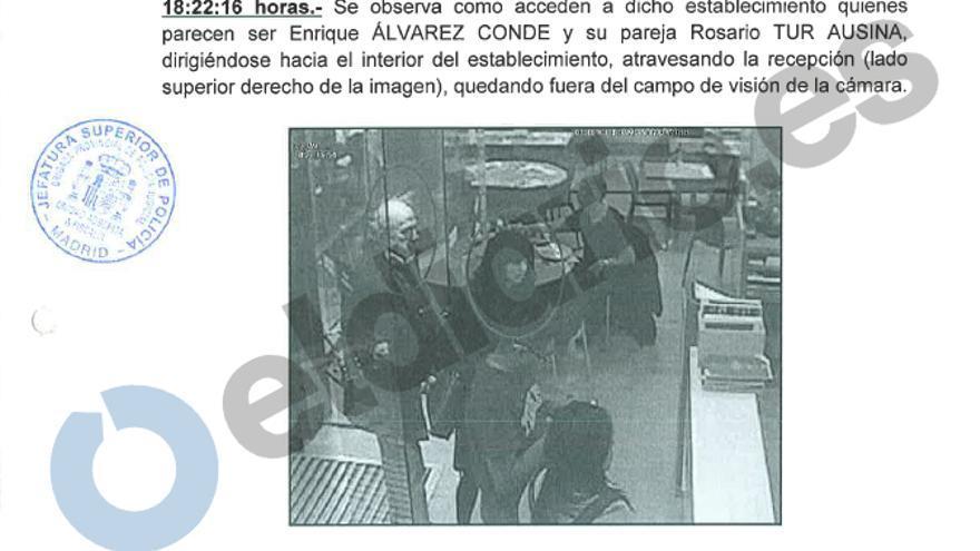 Imagen de Enrique Álvarez Conde entrando al restaurante para la reunión.