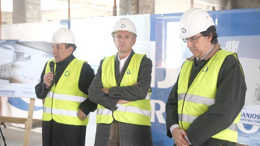 Alfonso Rueda, vicepresidente de la Xunta (centro), en la visita a las obras de la Ciudad de la Justicia de Vigo