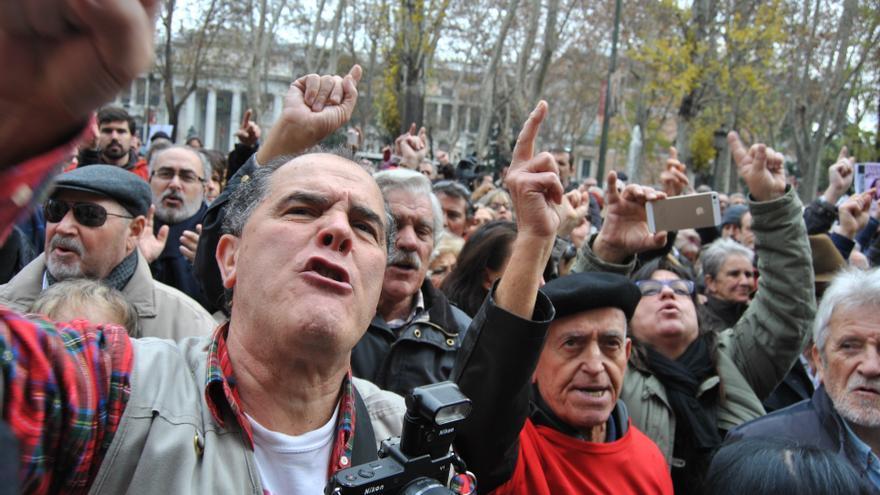 Protesta en el Paseo del Prado de Madrid, frente al Ministerio de Sanidad, de enfermos de Hepatitis C y familiares afectados. \ M.D