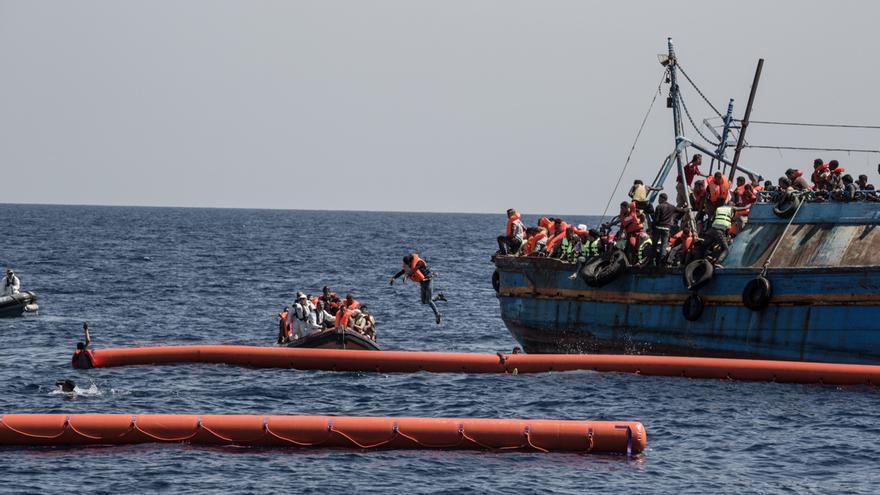 Algunos de los pasajeros cayeron o saltaron al agua para aferrarse a los chalecos salvavidas y al enorme flotador instalado por las lanchas rápidas. / Foto: Christophe Stramba/MSF.