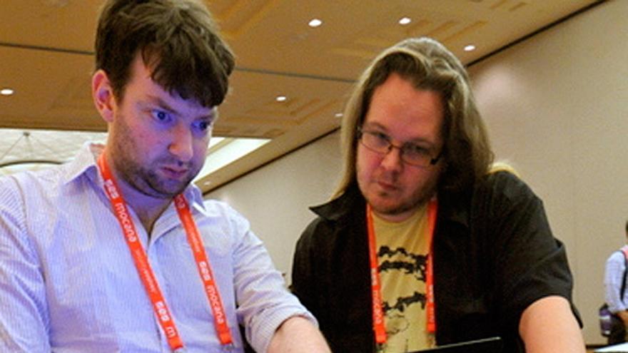 Dos 'hackers' trabajando en su portátil durante la conferencia Black Hat (Foto: Black Hat Events en Flickr)