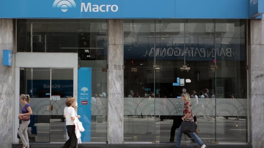 Moody's rebaja de estable a negativa la calificación a 30 bancos argentinos