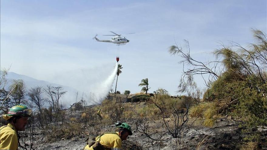 Decenas de efectivos permanecen esta noche en el incendio de La Vall d'Ebo