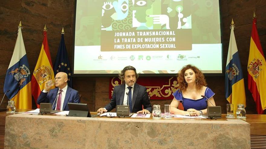 Rafael Yanes, Gustavo Matos y Rocío Mora durante una jornada transnacional sobre la trata de mujeres con fines de explotación sexual.