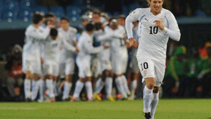 Forlán anotó los dos primeros goles de Uruguay. (EUROPA PRESS)
