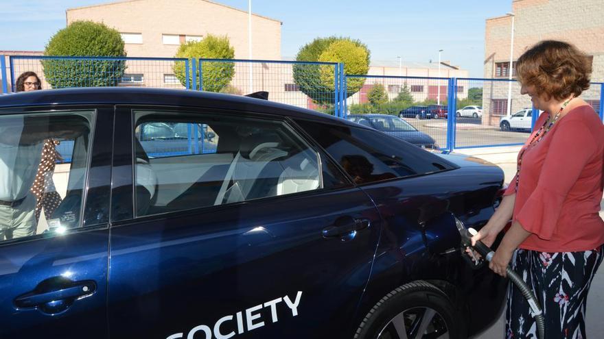 La consejera de Economía prueba la recarga de un vehículo en la estación de hidrógeno