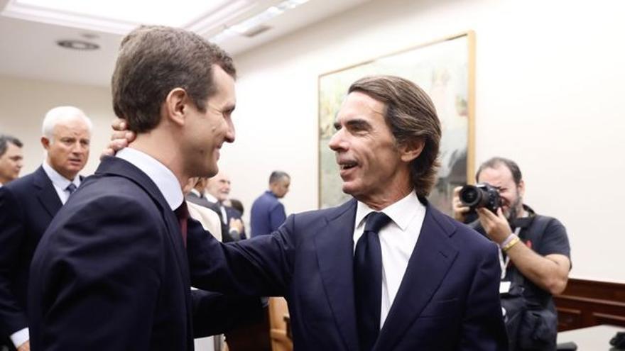 Pablo Casado acompañando a José María Aznar en su comparecencia en el Congreso esta semana
