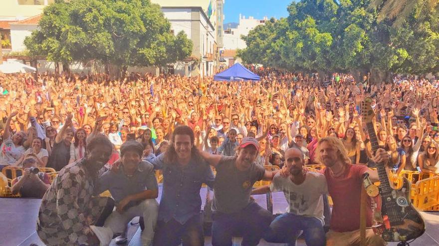Macaco, con algunos de los músicos de su grupo, este sábado, en la Plaza de España de Los Llanos, donde ha ofrecido un multitudinario concierto. Foto: Facebook de Macaco..