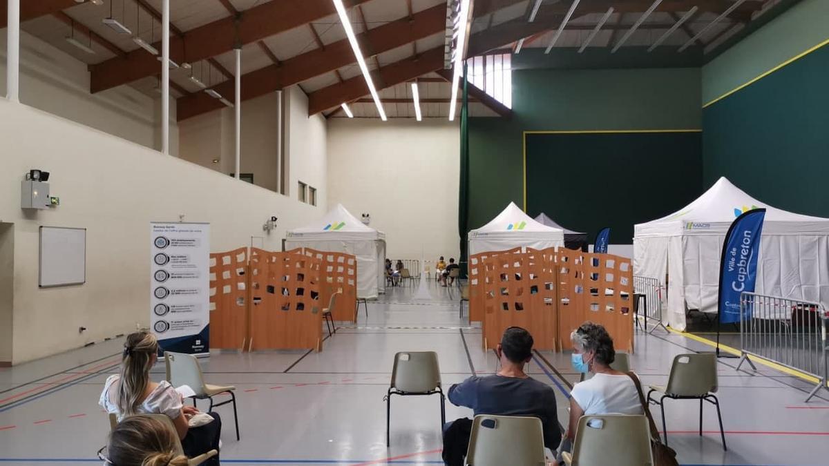 Centro de vacunación contra la COVID-19 en Capbreton (Francia)