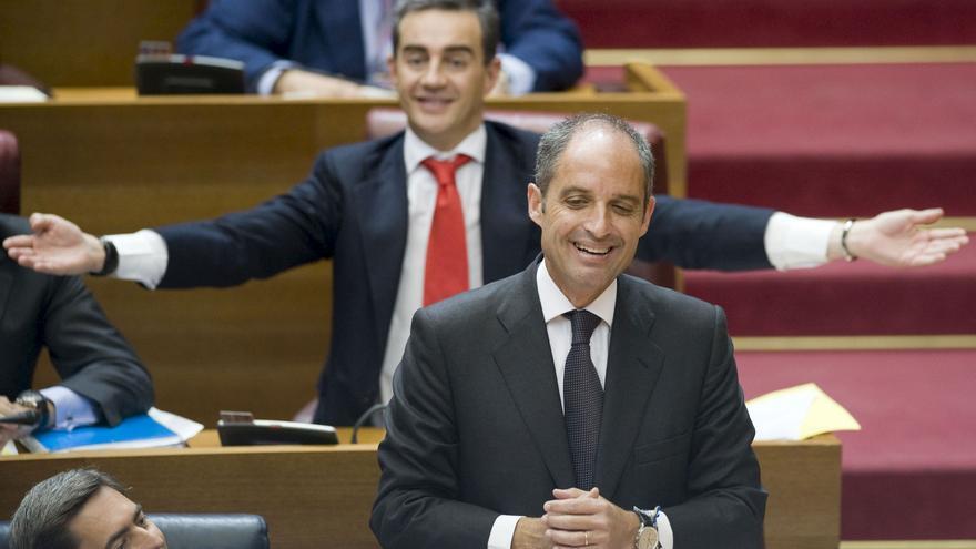 Francisco Camps y Ricardo Costa gesticulan tras una pregunta de la oposición sobre la trama Gürtel durante un pleno de Les Corts Valencianes en 2009