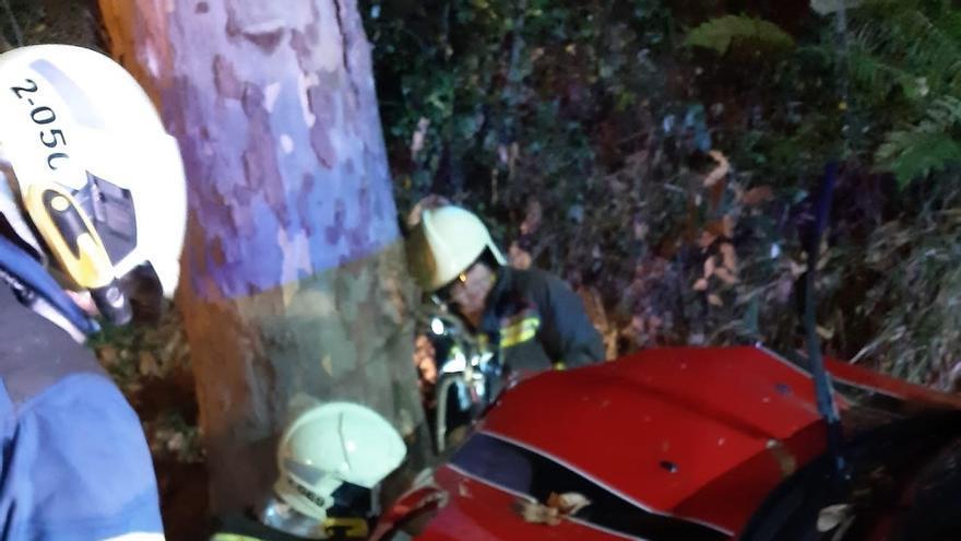 Herido leve un joven de 26 años al chocar con su coche contra un árbol en Lamadrid