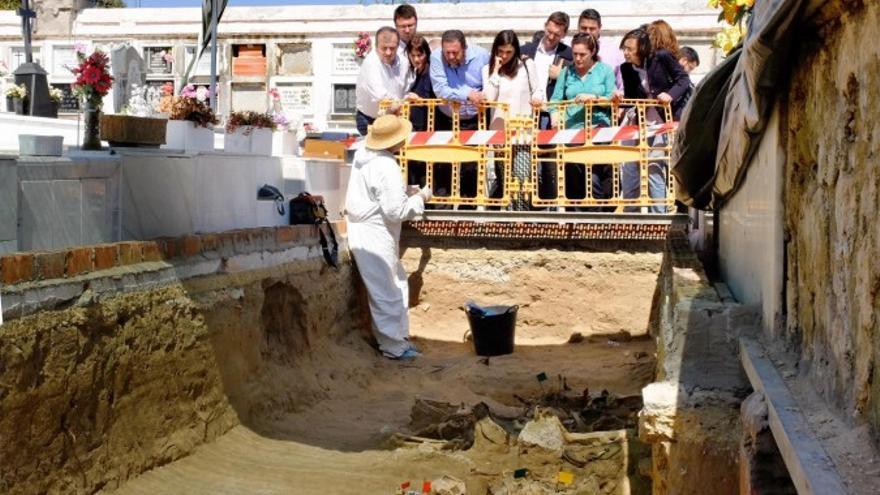 Los ex diputados de la comisión de Cultura del Parlamento andaluz visitan una fosa común en el cementerio de Puerto Real (Cádiz), en mayo de 2016.