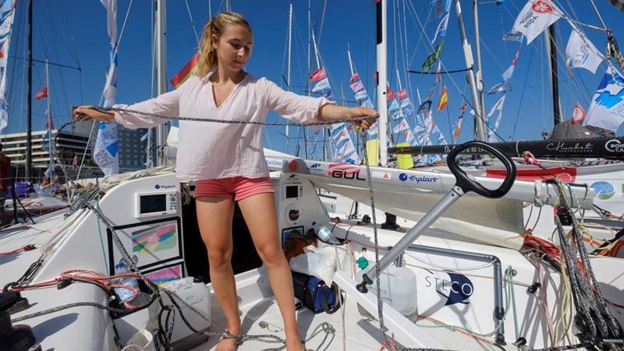 Violette Dorange en su barco a dos días de partir desde Gran Canaria.