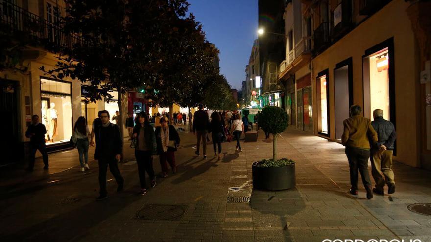 Los comerciantes a oscuras en la calle Foro Romano en 2019 | ÁLEX GALLEGOS