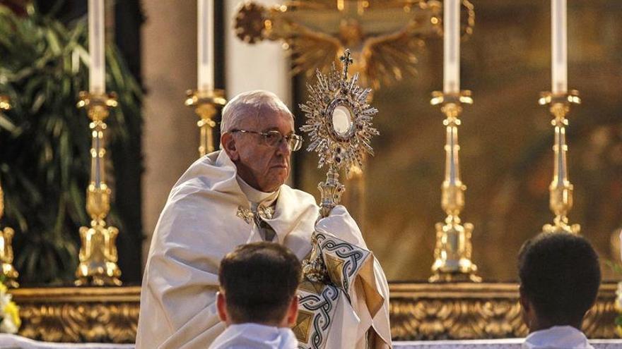 """El papa alerta de un mundo frenético y """"pobre de recuerdos"""" durante el Corpus"""