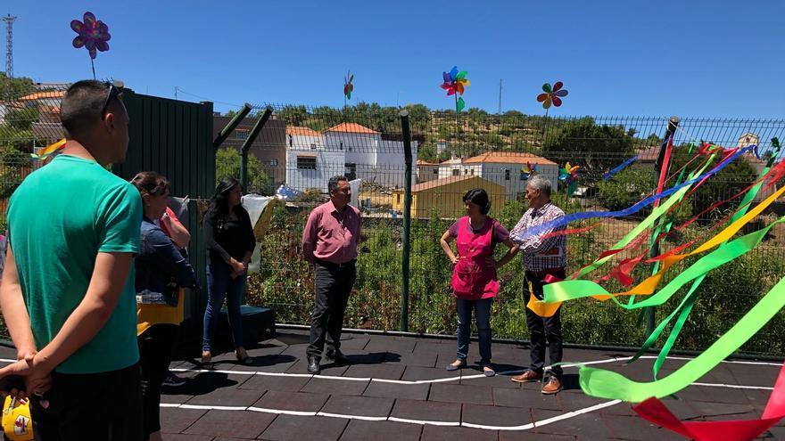 El alcalde y la comunidad educativa en el patio.