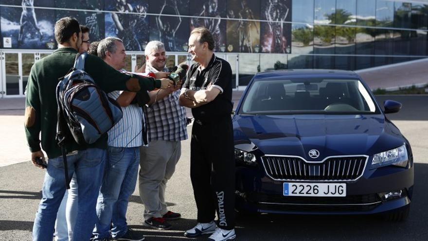 El entrenador del Herbalife Gran Canaria, Aíto García Reneses atendiendo a los medios de comunicación.