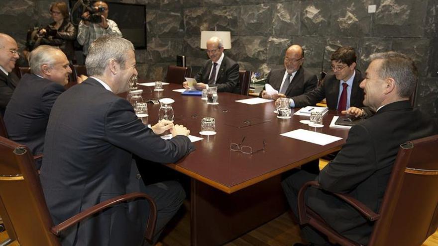 El presidente del Gobierno de Canarias, Paulino Rivero (d), se reunió hoy con representantes de organizaciones empresariales para tratar sobre los aspectos económicos del Régimen Económico y Fiscal (REF)EFE/Ramón de la Rocha