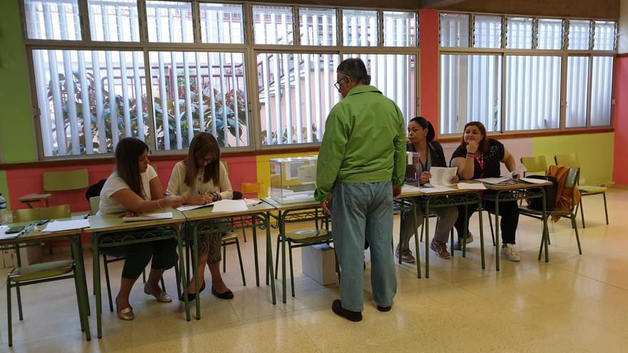Uno de los primeros votantes en una de las mesas del colegio Gabriel Pérez Duque, en Santa Cruz de La Palma.