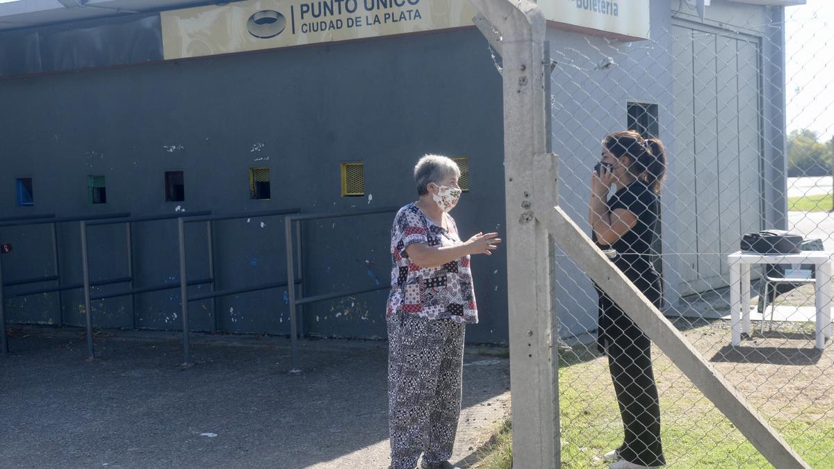 Adultos mayores arriban al estadio Ciudad de La Plata sin saber que les habían cancelado el turno por el partido de River.