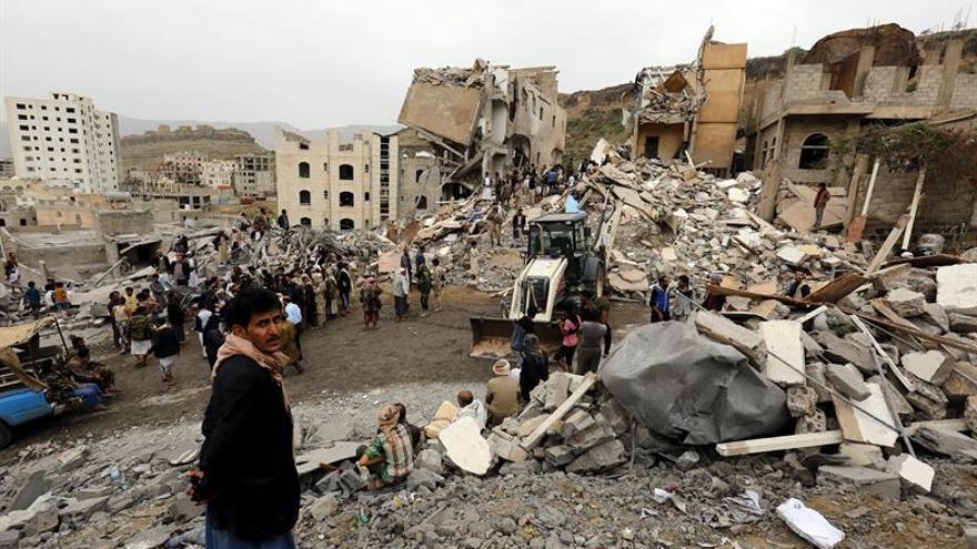 Varios yemeníes inspeccionan los restos de un edificio tras un bombardeo de la coalición liderada por Arabia Saudí, en Saná (Yemen) hoy, 25 de agosto de 2017, que ha causado la muerte de al menos 14 personas y diez heridos, según los equipos de rescate.