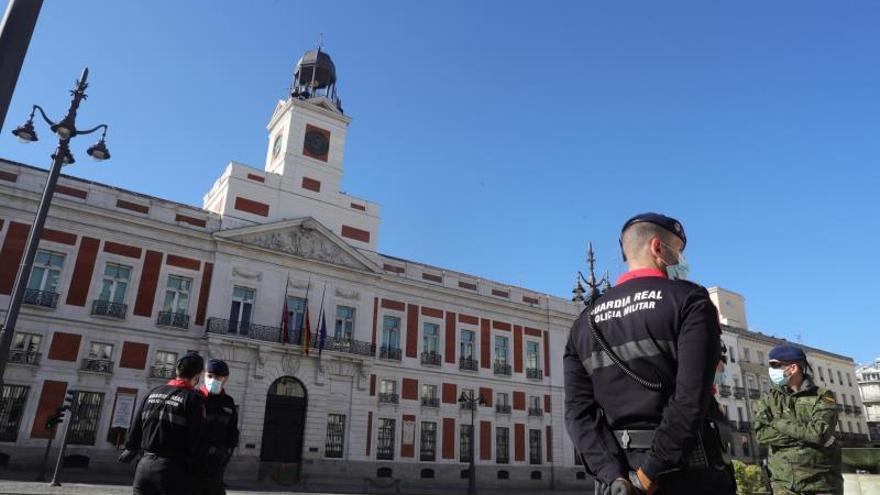 Militares y miembros de la Guardia Real vigilan este jueves la Puerta del Sol, en Madrid, durante la decimonovena jornada del estado de alarma decretada por el Gobierno para intentar frenar el avance del coronavirus.