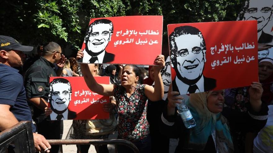 Pancartas con la imagen de Nabil Kaouri, el encarcelado candidato a la presidencia.
