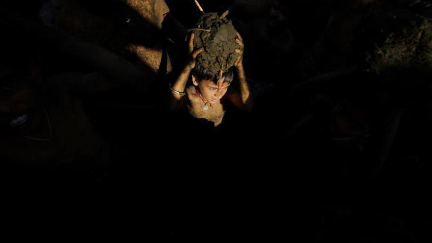 Campesinos de la India se lanzan estiércol para alejar las enfermedades