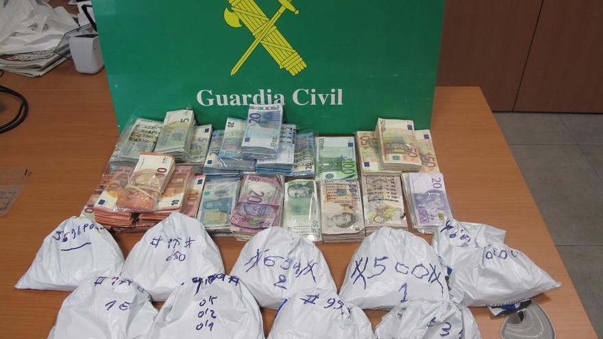 El trabajador extrajo 34.295 euros en billetes, 1.568 euros en monedas, 4.077 libras esterlinas, 1.300 coronas noruegas, y 3.910 coronas suecas.