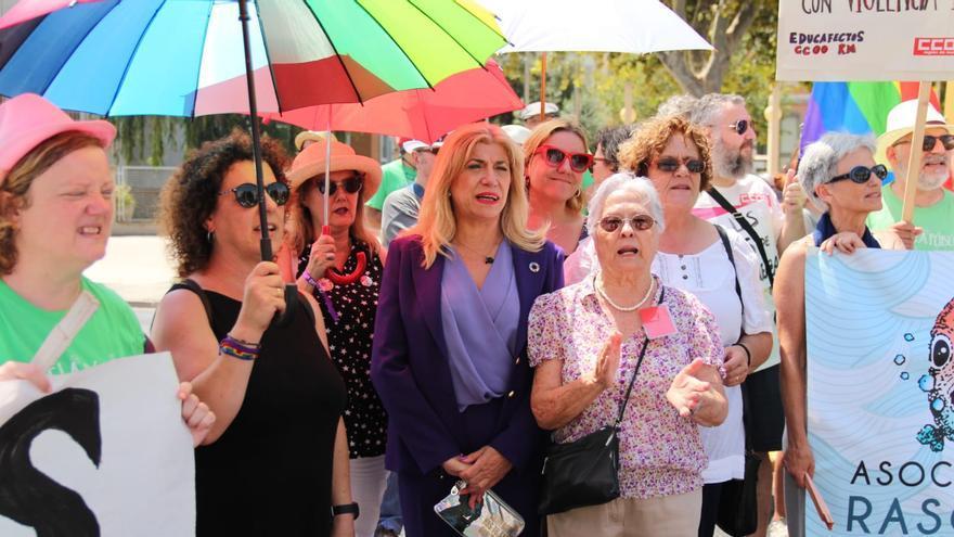 La vicepresidenta de la Asamblea apoyando la protesta LGTBI durante la investidura de López Miras
