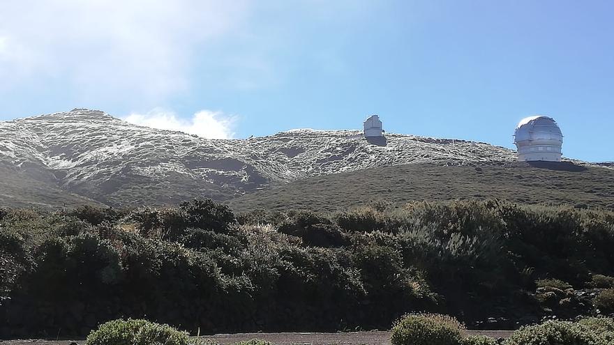 El entorno del Roque de Los Muchachos,  con una capa de hielo, ofrece en la mañana de este viernes una estampa invernal.