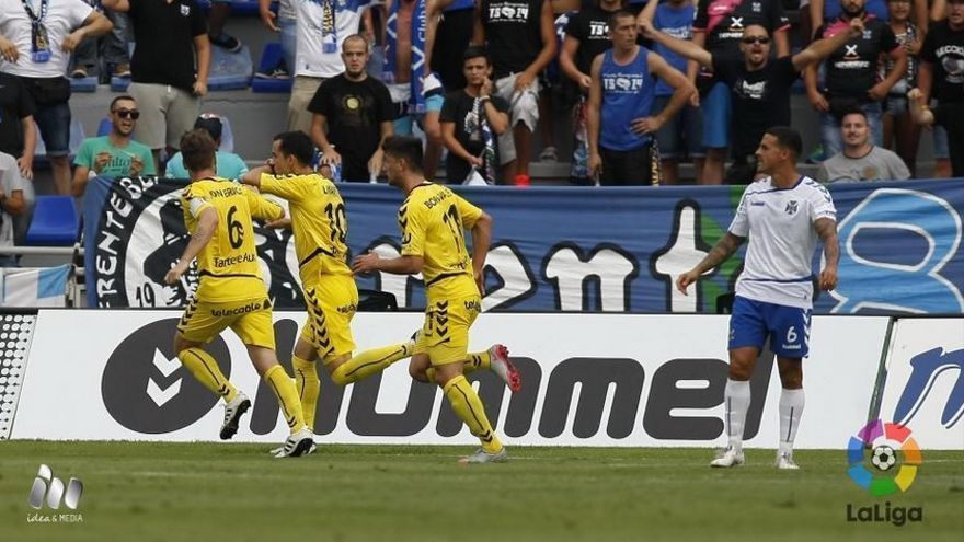 Los jugadores del Oviedo celebran un tanto en el Heliodoro. (LALIGA)