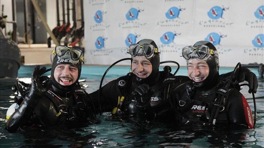 Los hermanos Roca se sumergen con tiburones por Médicos sin Fronteras