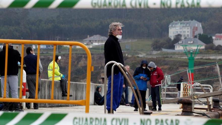 Los dieciséis tripulantes del barco pesquero Carla, amarrado en el puerto lucense de Burela.