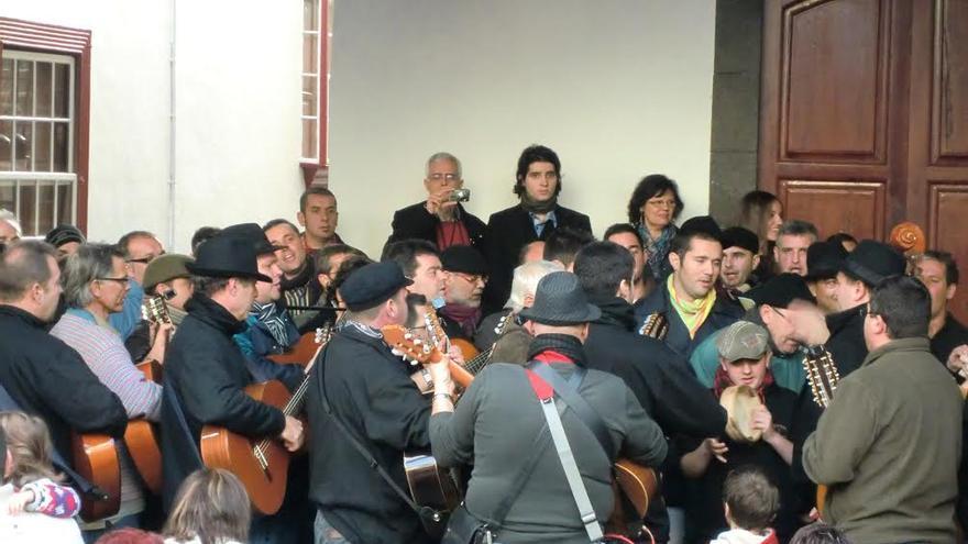 Imagen de archivo del tradicional encuentro de rondallas de Lo Divino de Santa Cruz de La Palma.