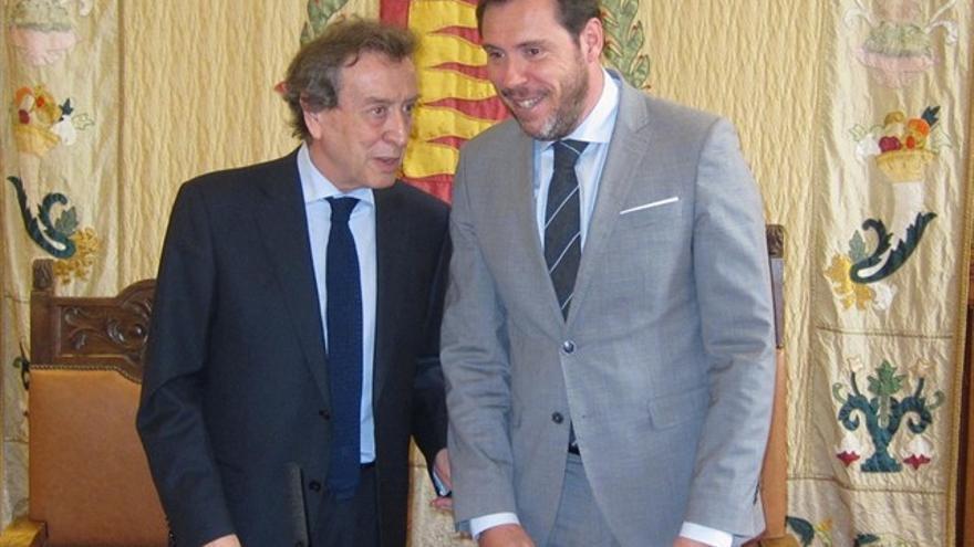 El concejal 'popular' De Santiago-Juárez junto al alcalde de Valladolid, Óscar Puente, en una imagen de archivo.