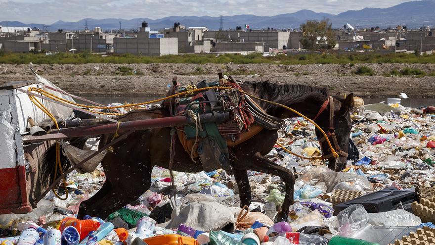 Vertedero en el Bordo de Xochiaca (Ciudad de México), 2014. Foto: Traslosmuros.com