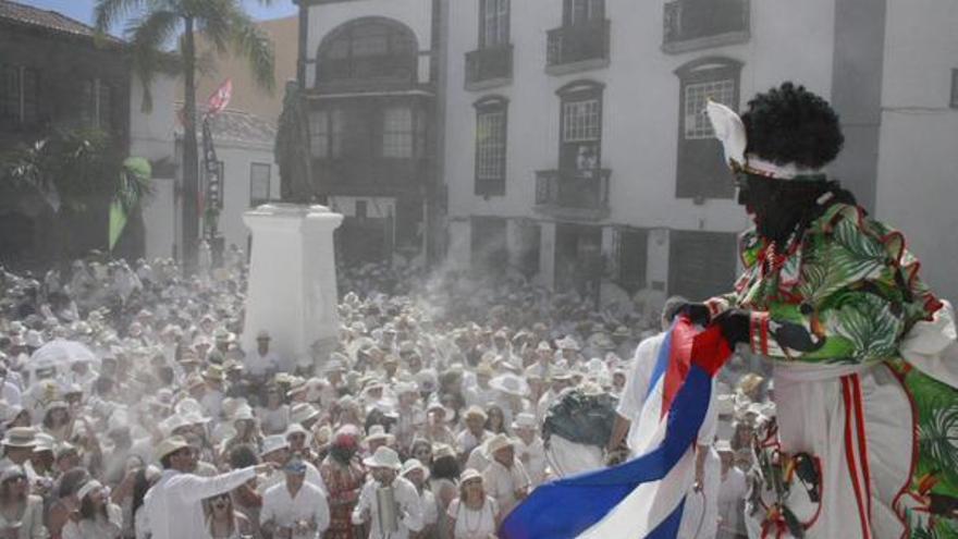 El ambiente indiano ha inundado Santa Cruz de La Palma; en la imagen, la Negra Tomasa, en la Plaza de España en la mañana de este lunes.