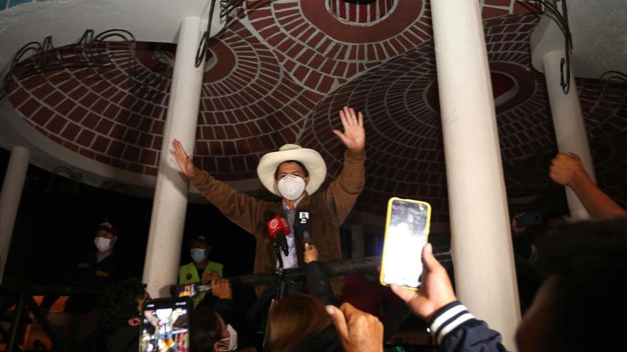 Castillo, aupado por el voto rural, mira al abismo que parte a Perú