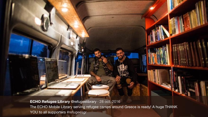 La biblioteca rodante creada por Laura Samira Naude y Esther ten Zijthoff, lista para recibir a los lectores.