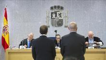 Los dos condenados, en una foto a lo largo del juicio por el chivatazo a ETA. /EFE