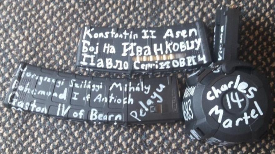 Armas usadas por el tirador de Christchurch, con fechas y nombres escritas
