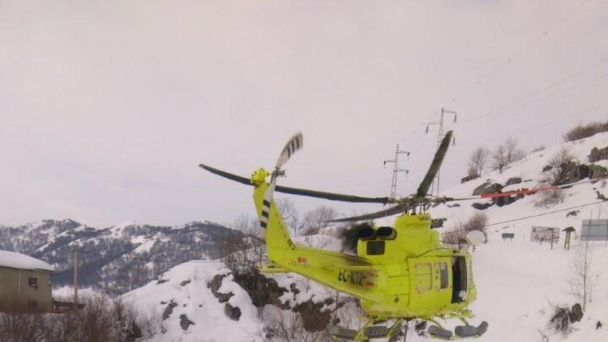 El helicóptero del 112 está suministrando a los vecinos alimentos, medicinas y pienso para los animales.