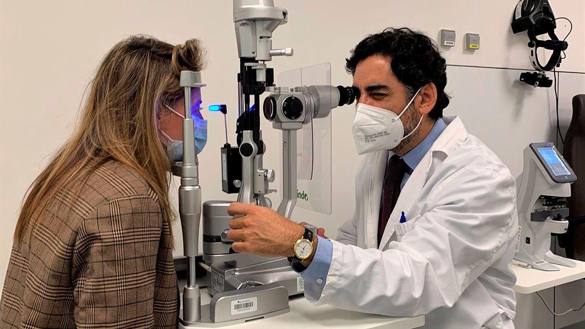 Toma de la tensión ocular a una paciente de Quirónsalud.