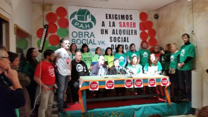 Carmen Martínez, acompañada de su familia y varios activistas en la rueda de prensa que ha ofrecido en Vallecas. \ @PAH_Vallekas
