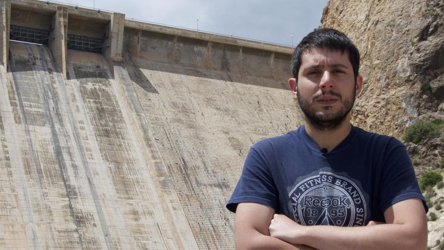 Víctor Peñalver delante de la presa de El Cenajo, construida por prisioneros esclavos republicanos / Foto: Carlos Hernández