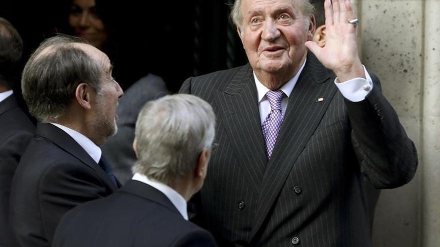 "Don Juan Carlos impone ""muy orgulloso"" una medalla a la infanta Margarita"