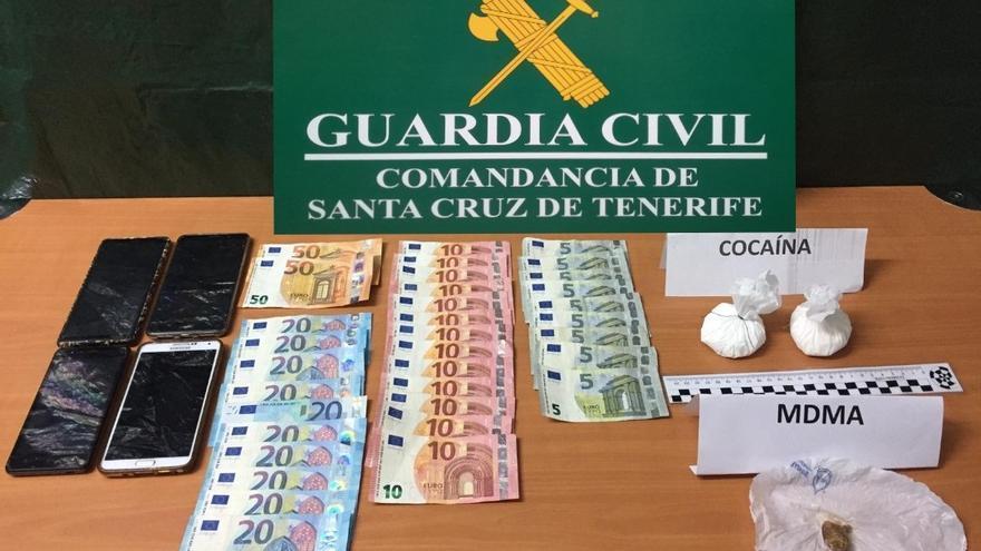Droga y dinero incautados por la Guardia Civil.